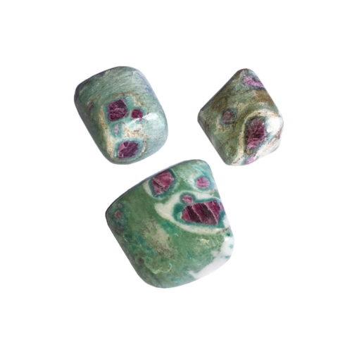 piedra rodada rubi sobre fucsita